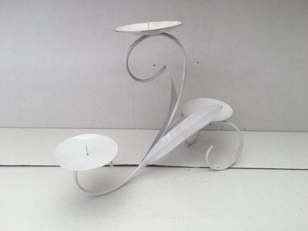 metalowy świecznik ze zdobieniami