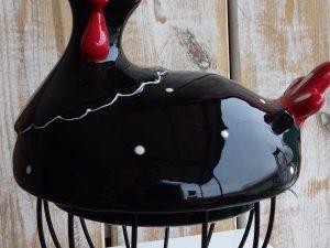 ceramiczna kura na metalowym koszyczku ozdoba wielkanocna