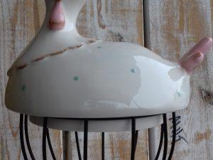 kura ceramiczna na metalowym koszyczku ozdoba wielkanocna